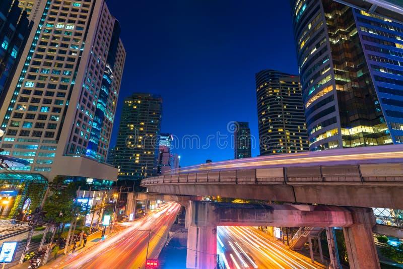 Фото коммерчески офисных зданий внешних Взгляд ночи на средстве стоковые фотографии rf