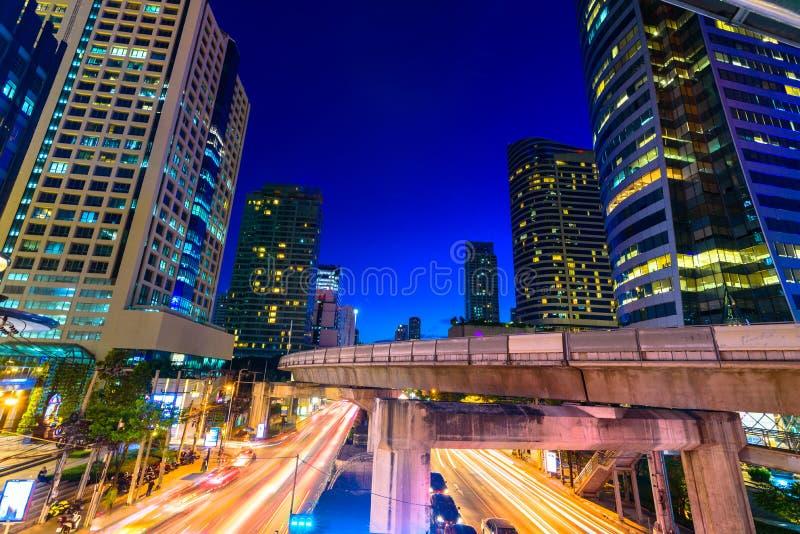 Фото коммерчески офисных зданий внешних Взгляд ночи на средстве стоковое изображение