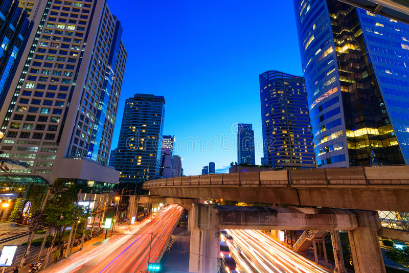 Фото коммерчески офисных зданий внешних Взгляд ночи на средстве стоковая фотография