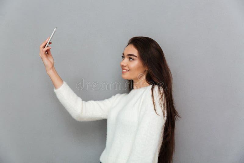 Фото конца-вверх очаровательной женщины брюнет с длинным удерживанием волос стоковые изображения rf