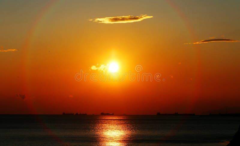 Фото красивого заката с облаками на морском побережье стоковая фотография rf