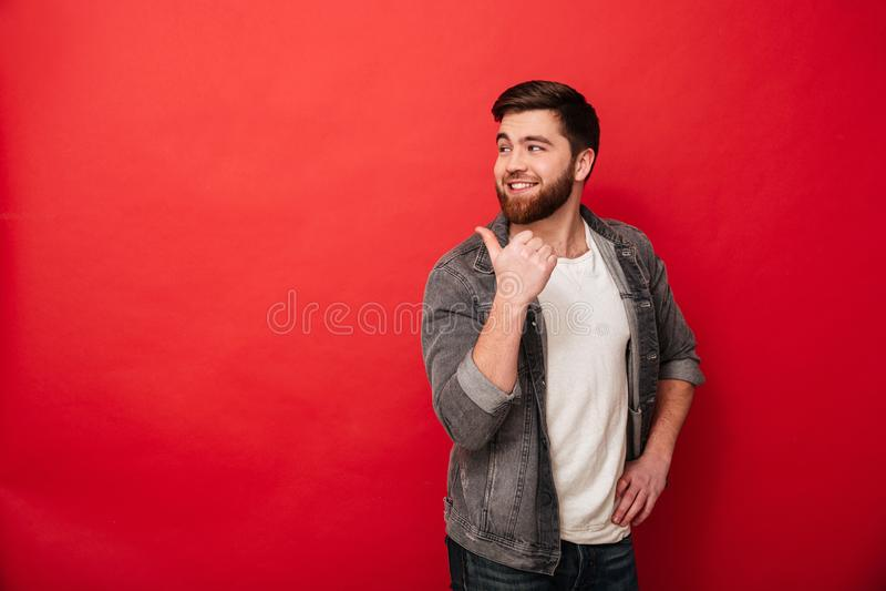 Фото красивого человека 30s в вскользь одежде показывать пальцы b стоковая фотография