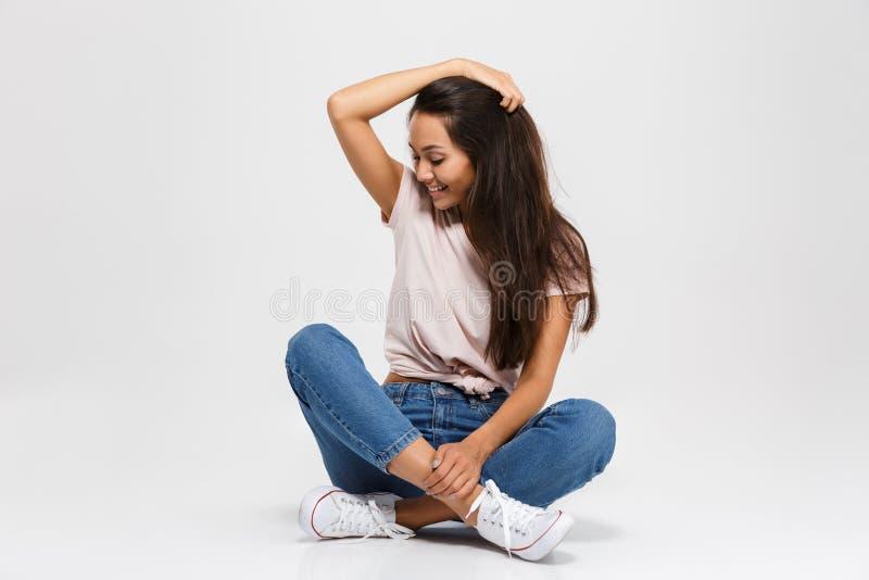 Фото красивой женщины брюнет с длинными волосами, касаясь ее h стоковые фото