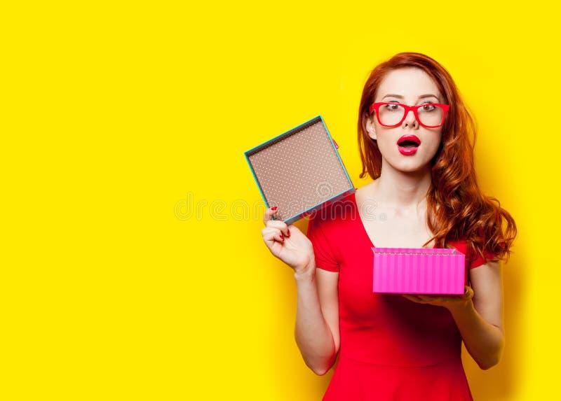 Фото красивой молодой женщины раскрывая милый подарок на wonderfu стоковая фотография rf