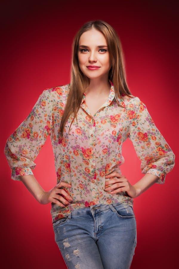 Фото красоты кавказской модели на красной предпосылке стоковые изображения