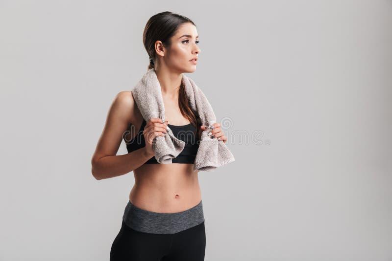 Фото крепкой женщины фитнеса в sportswear представляя с towe стоковые фотографии rf