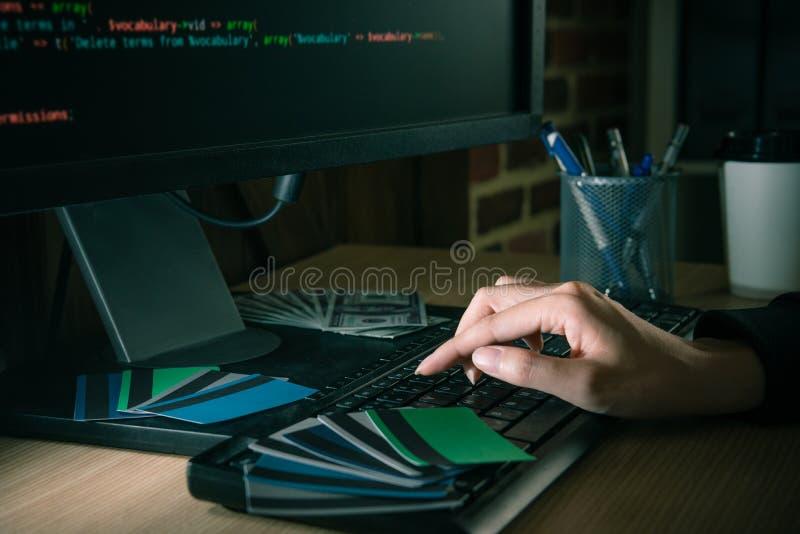 Фото крупного плана женского хакера используя компьютер стоковые фотографии rf