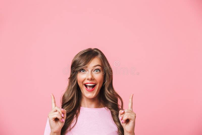 Фото крупного плана радостной милой женщины с длинными курчавыми коричневыми волосами стоковая фотография rf