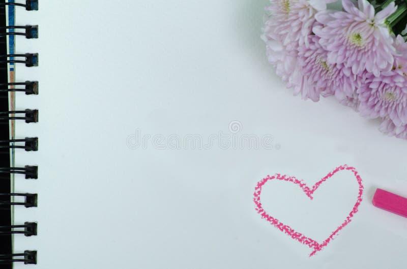 Фото крупного плана розового георгина на белом sketchbook стоковые фотографии rf