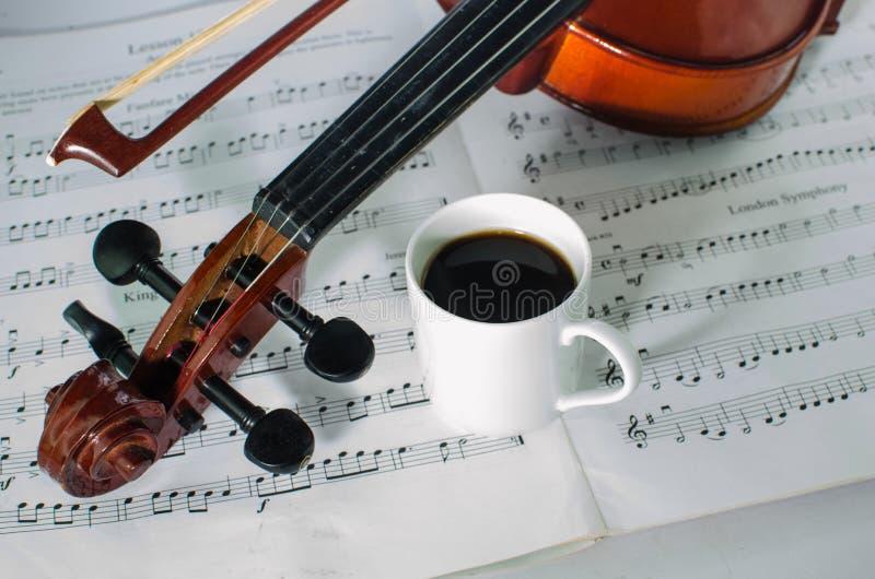 Фото крупного плана скрипки и чашки кофе стоковая фотография