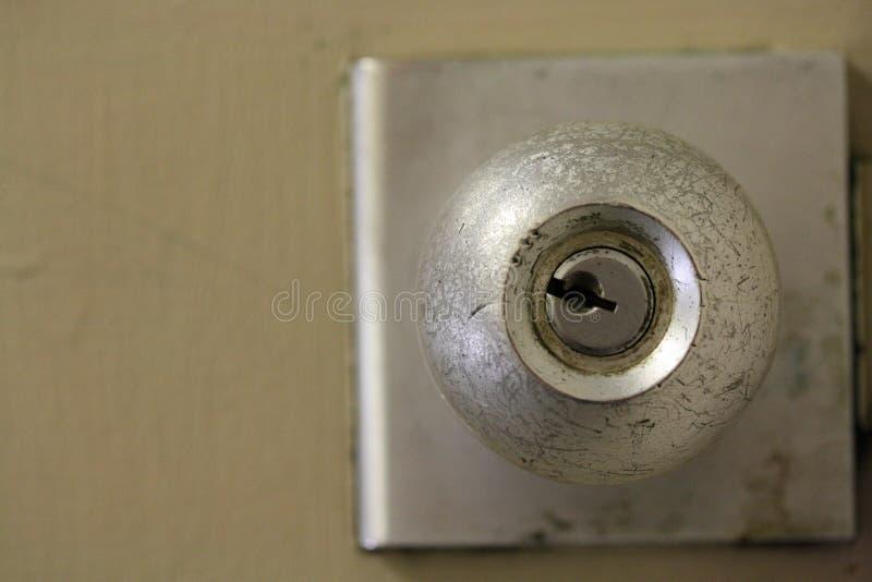 Фото макроса близкое поднимающее вверх ручки двери металла металлической стоковое изображение rf