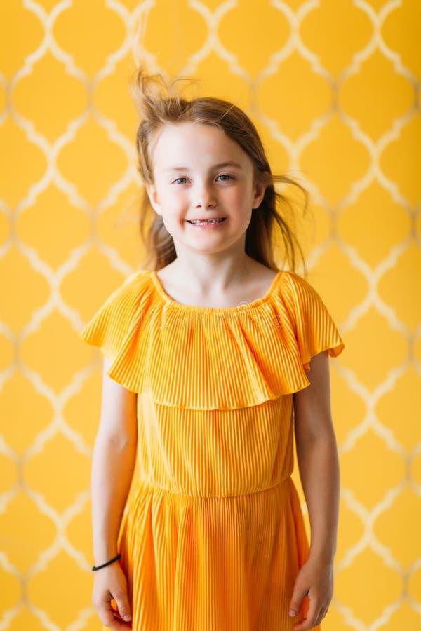 Фото маленькой девочки в платье стоковые изображения