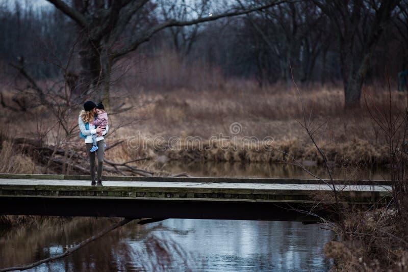 Фото матери и ребенка, стоящего на мосту Бесплатное  из Общественного Достояния Cc0 Изображение