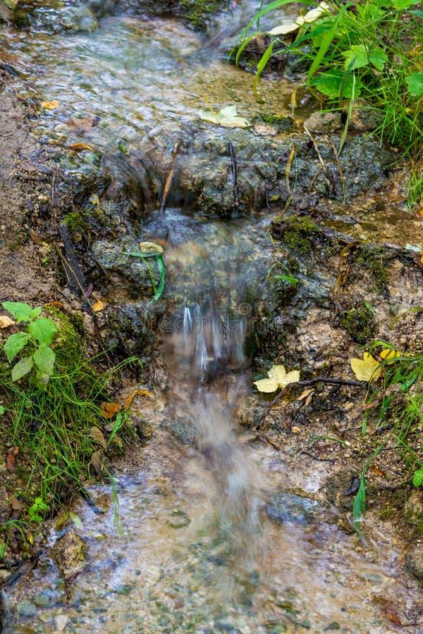Фото меньшего водопада пропуская в пещере стоковые изображения