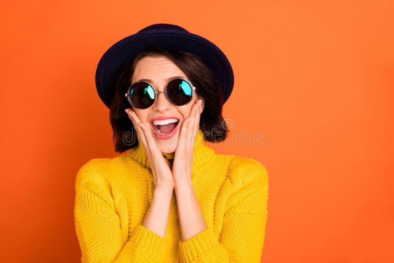 Фото милой милой привлекательной девушки, удивленной кем-то положительно, в изоляции с оранжевым фоном стоковая фотография rf