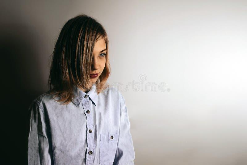 Фото моды девушки подростка с эмоцией и сериями космоса экземпляра стоковые фото