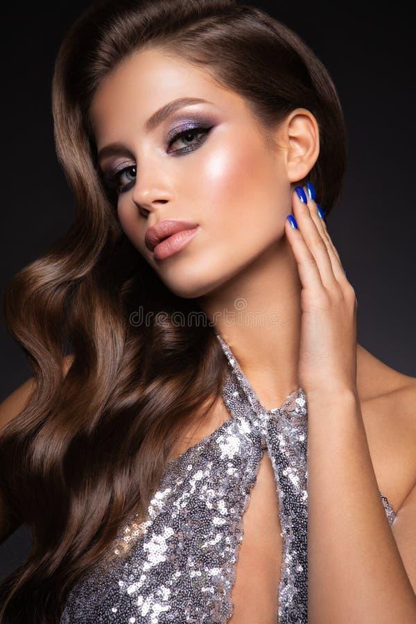 Фото моды молодой великолепной женщины в роскошном платье стоковые фотографии rf
