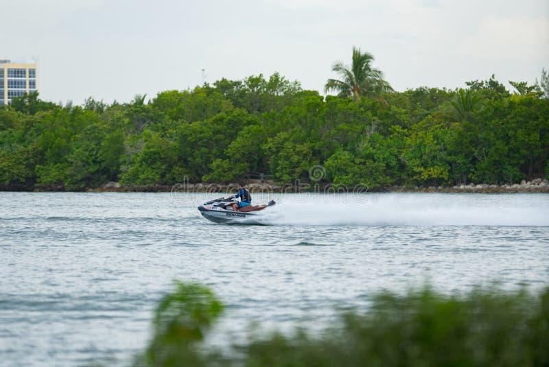 Фото молодого взрослого мужчины участвуя в гонке бегун волны в Майами стоковое фото rf