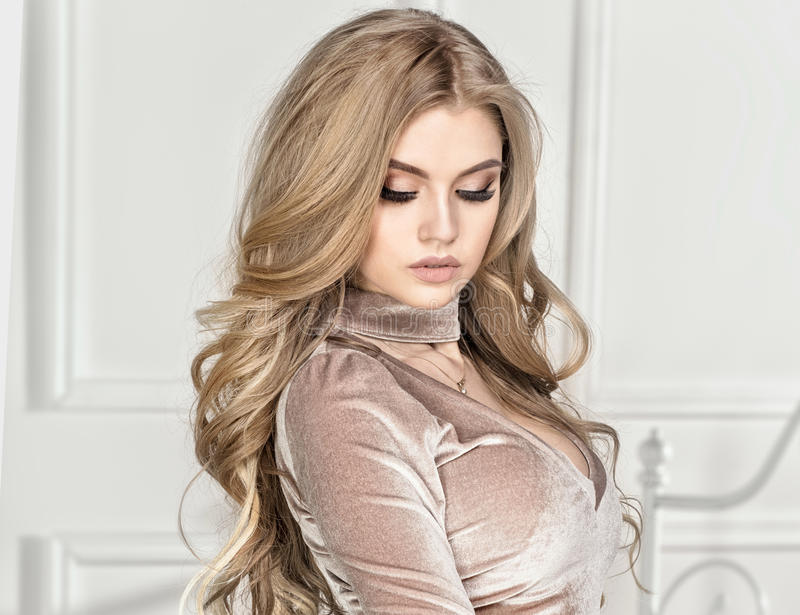 Фото моды элегантной белокурой женщины стоковые фото