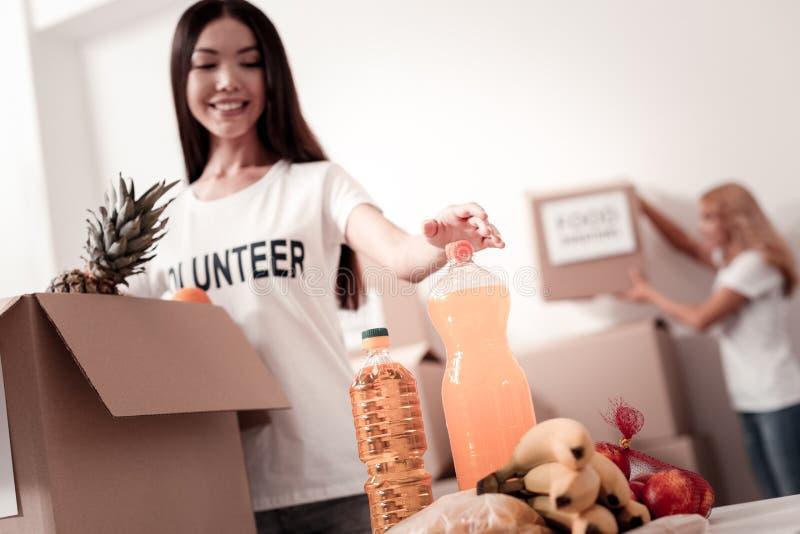 Фото низкого угла усмехаясь волонтера та принимая вода стоковые фото