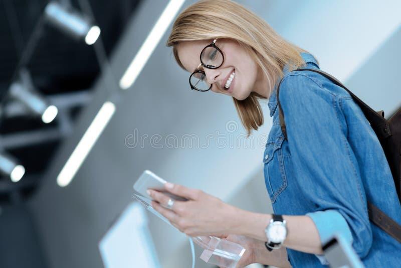 Фото низкого угла усмехаясь девушки которое быть радостный стоковое изображение