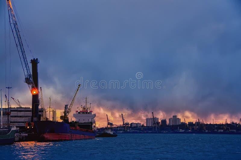 Фото ночи гаван койки Корабль и краны управляя загрузкой стоковые фото