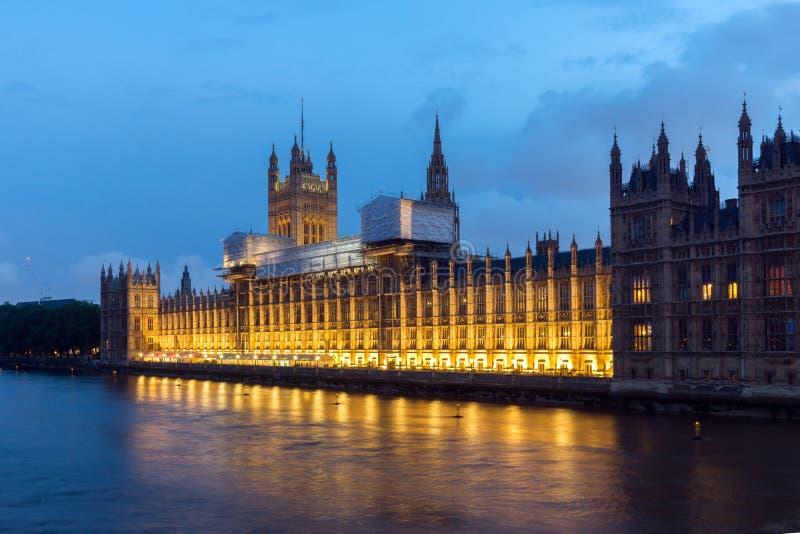 Фото ночи парламента Великобритании от моста Вестминстера, Лондона, Англии, Великобритании стоковое изображение