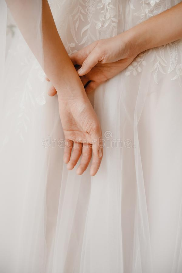 Фото от задней красивой молодой женщины в белый усмехаться платья свадьбы стоковая фотография