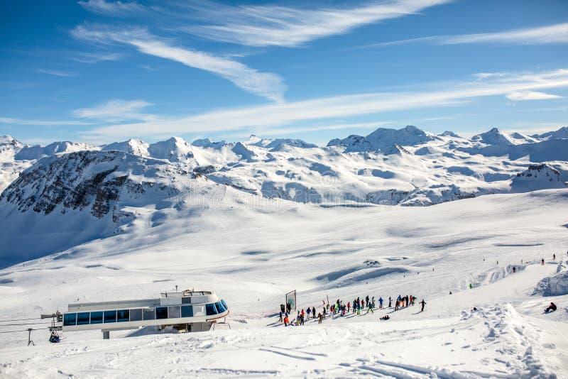 Фото от afar лыжников в снежном курорте стоковые изображения