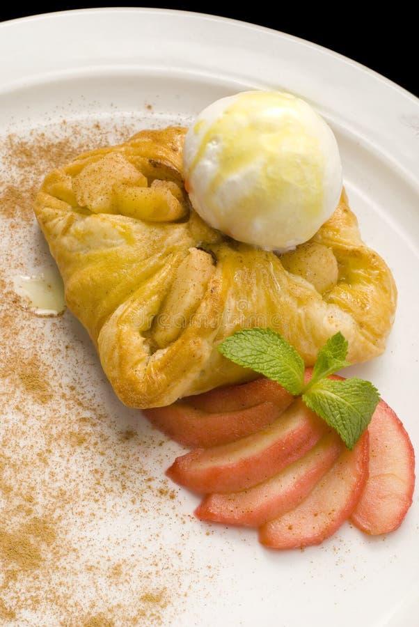 фото очень вкусного печенья слойки с ягодами и мороженым стоковые фотографии rf
