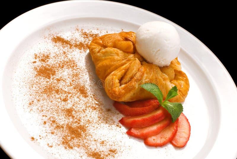 фото очень вкусного печенья слойки с ягодами и мороженым стоковое фото
