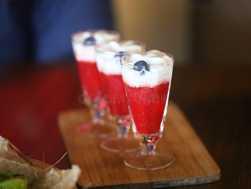 Фото очень вкусного спиртного коктеиля с клубниками стоковые фотографии rf