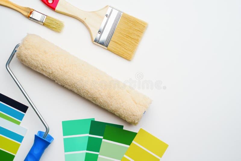 Фото палитры с голубыми и зелеными цветами, роликом, чистит щеткой стоковые фото