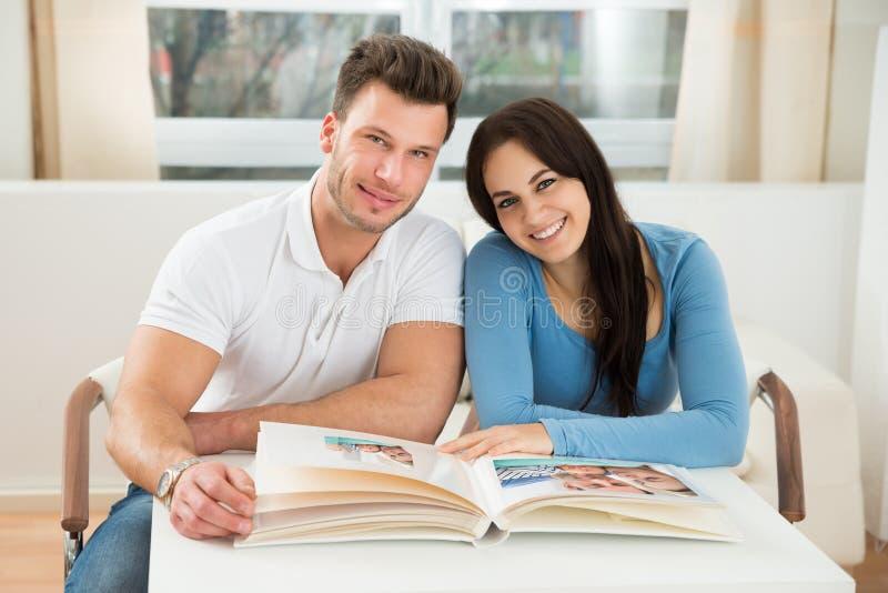 фото пар альбома счастливое стоковая фотография