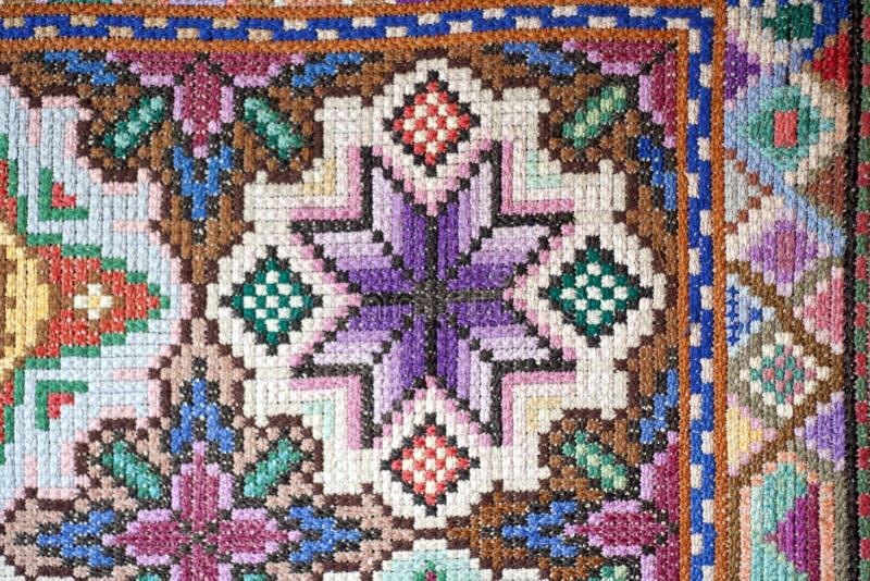 Фото поверхности болгарского перекрестного вышитого ковра стоковое изображение