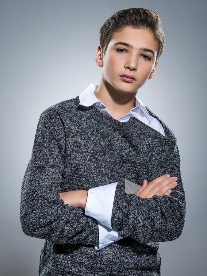 Фото подросткового красивого парня представляя на студии стоковая фотография rf