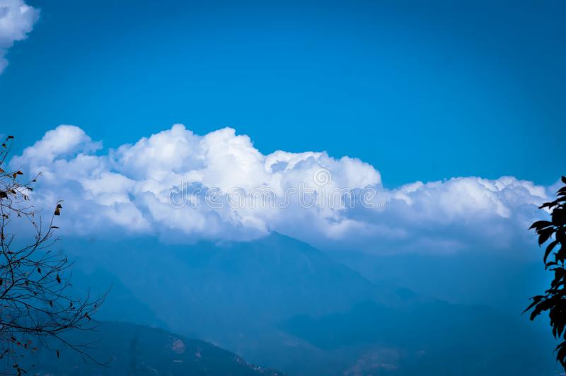 Фото предпосылки пасмурного утра overcast на гималайских горах Мечтательный ландшафт Пушистая погода Красота дикого восточного аз стоковые фотографии rf