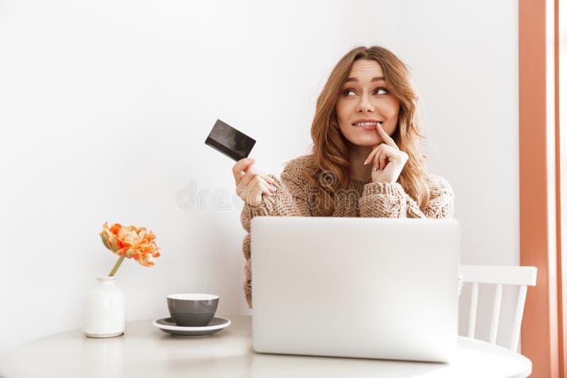 Фото прелестной женщины 20s брюнет в думать свитера и hol стоковое изображение rf