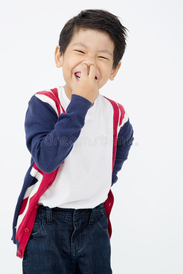 Фото прелестного молодого счастливого азиатского мальчика смотря камеру стоковое фото