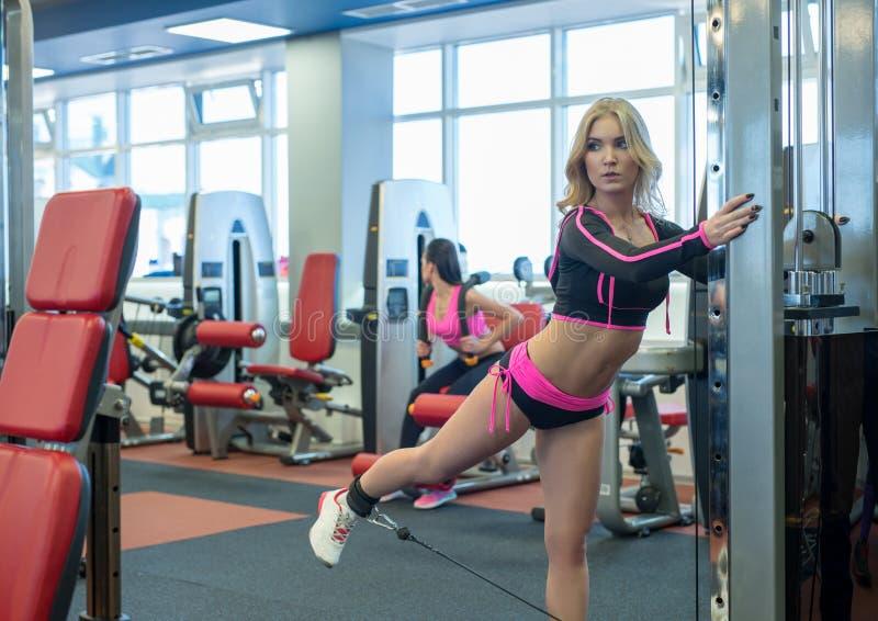 Фото привлекательный белокурый работать в спортзале стоковое фото rf