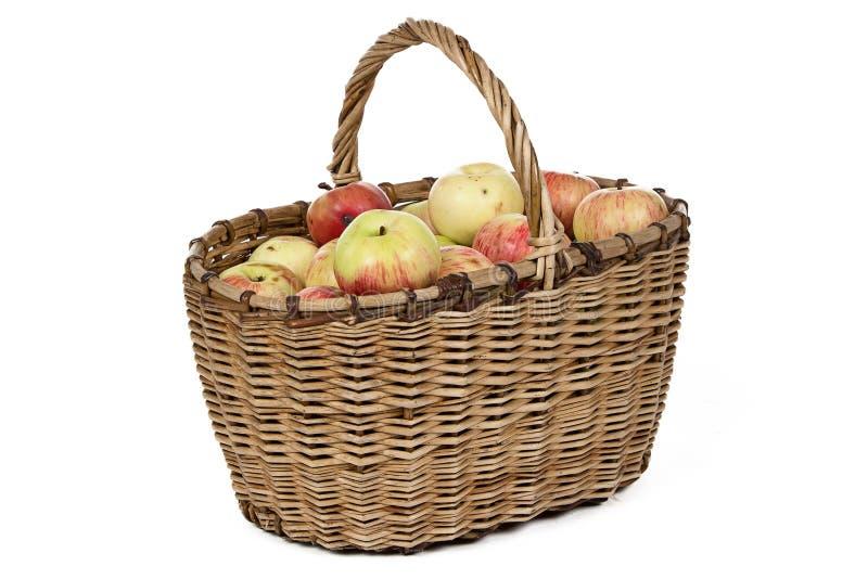 Фото плетеной корзины с яблоками стоковое фото