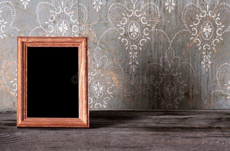 Фото-рамка на старой таблице стоковая фотография rf