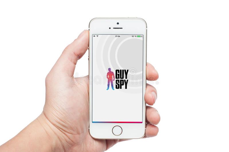 Фото руки используя шпионку app Гая на iPhone 5s стоковое изображение rf