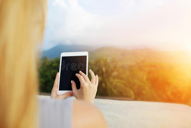 Фото солнечности женского человека используя планшет и фото принимать гор Таиланда стоковое фото