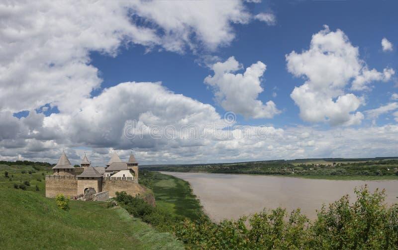 Фото старых fortess Khotyn, замок в Украине на времени дня в лете Панорамный взгляд с красивой пасмурной синью стоковые фото