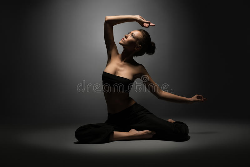 Фото студии красивой сексуальной девушки делая йогу стоковые фотографии rf