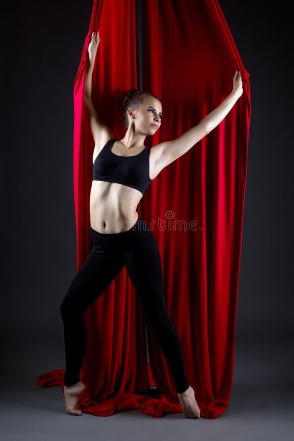 Фото студии красивый талантливый представлять танцора стоковое изображение rf