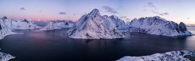 Фото трутня - восход солнца над горами островов Lofoten Reine, Норвегия стоковое изображение