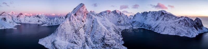 Фото трутня - восход солнца над горами островов Lofoten Reine, Норвегия стоковые фотографии rf
