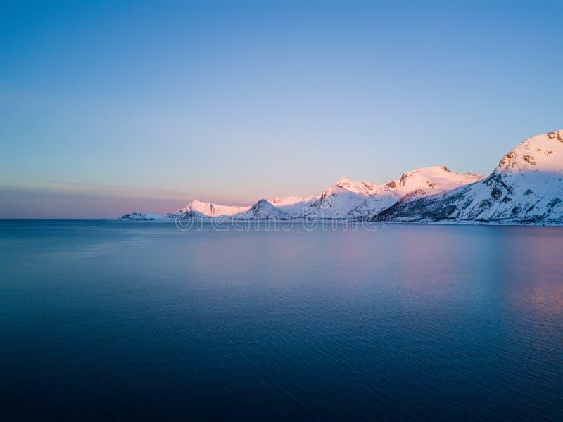 Фото трутня - восход солнца над горами островов Lofoten Reine, Норвегия стоковые изображения